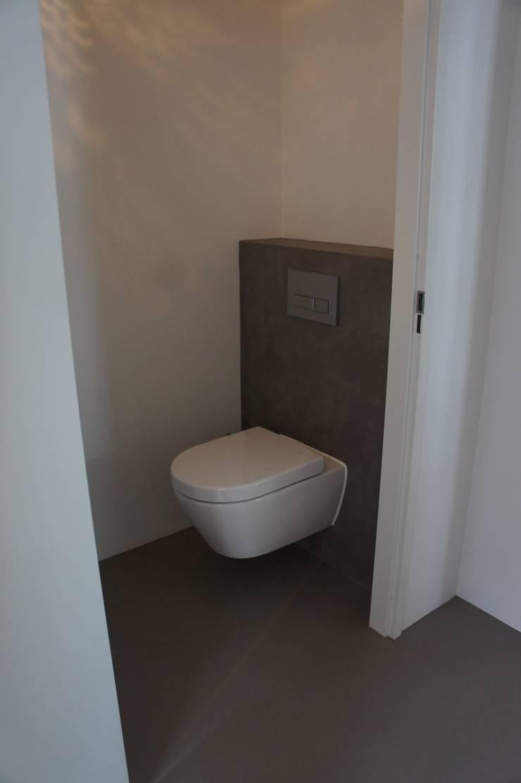 Toilet met gietvloer:  Badkamer door Design Gietvloer, Modern