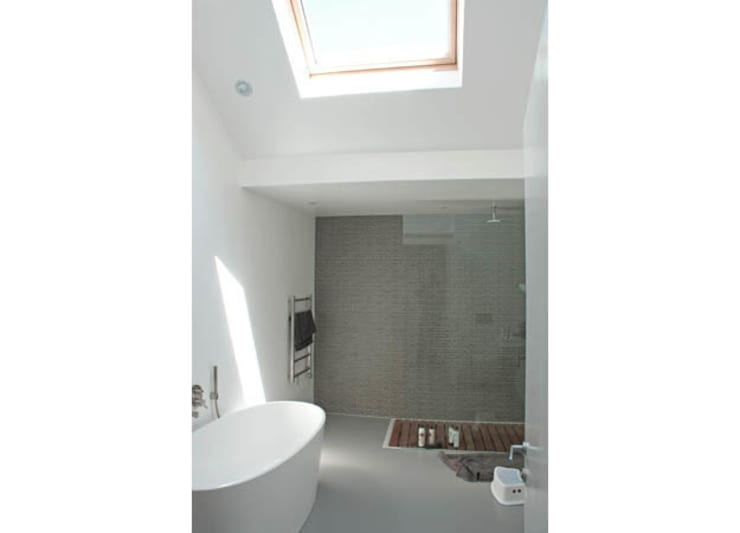 Bathroom by Rayner Davies Architects