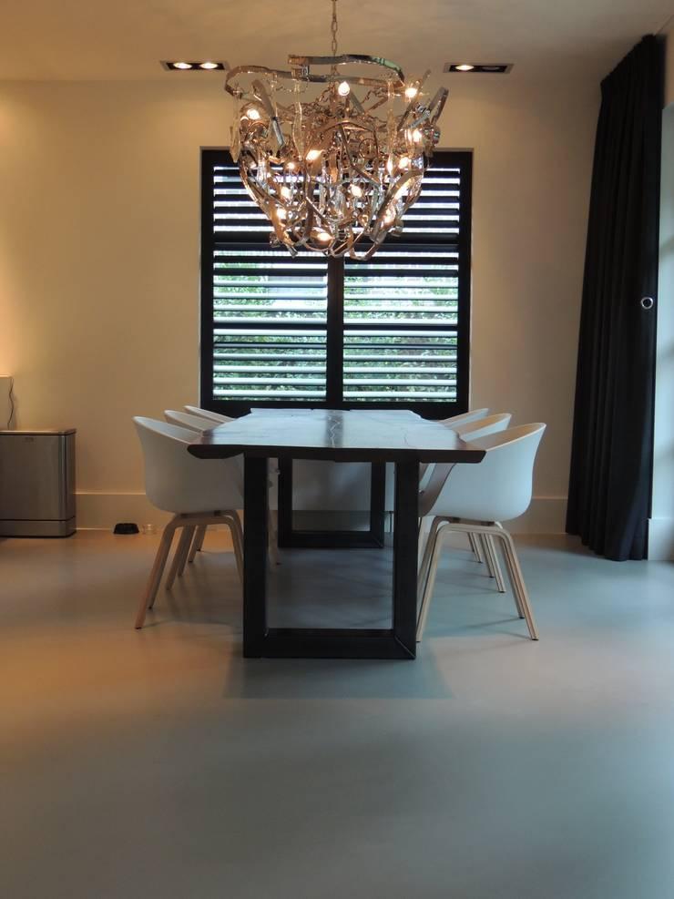 Ruang Keluarga oleh Design Gietvloer, Modern