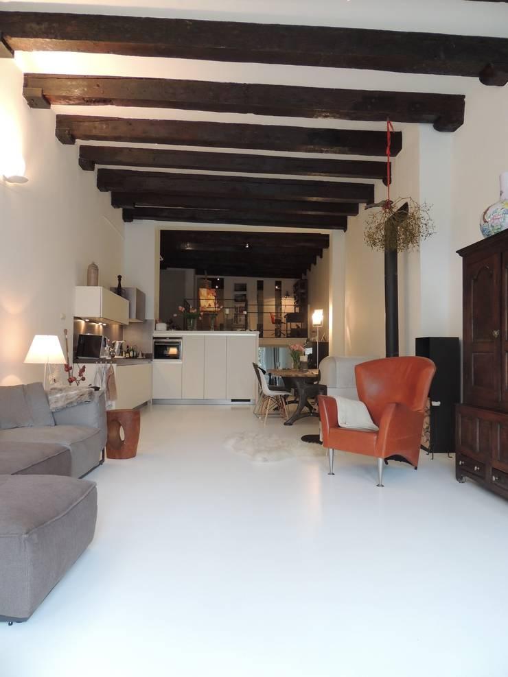 Witte gietvloer:  Keuken door Design Gietvloer, Modern
