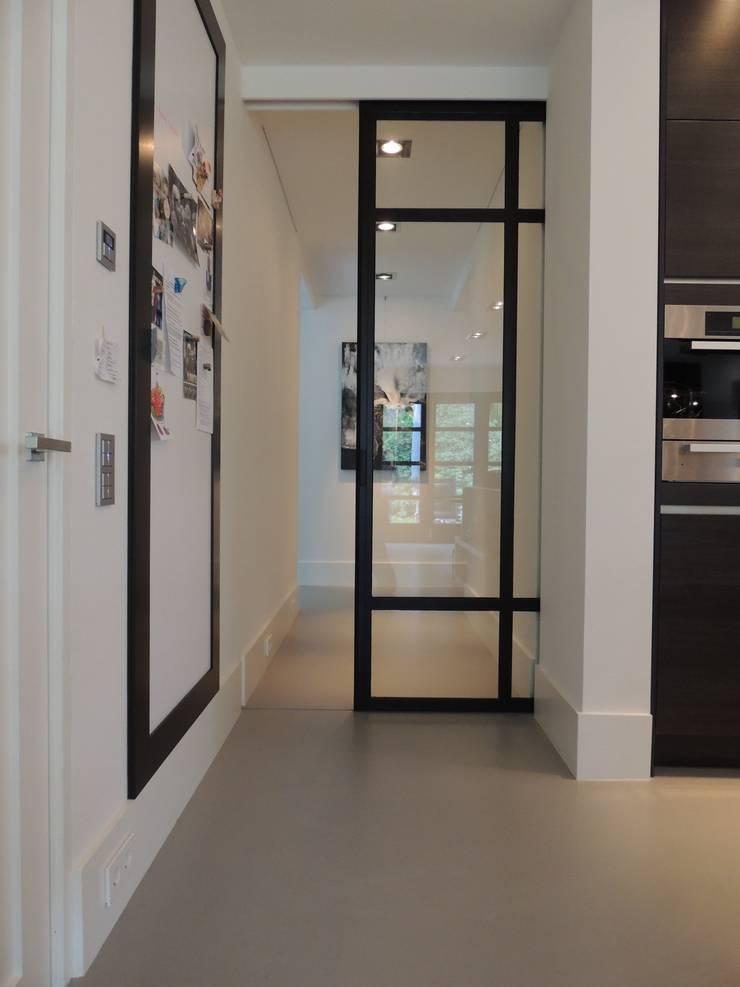 Schuifdeursysteem in een gietvloer verwerkt:  Keuken door Design Gietvloer, Modern
