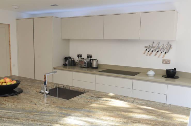 The Modern Kitchen in Wimbledon:  Kitchen by Simon Benjamin Furniture