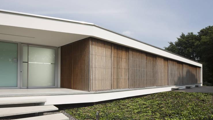 Eigentijdse bungalow:  Huizen door Lab32 architecten