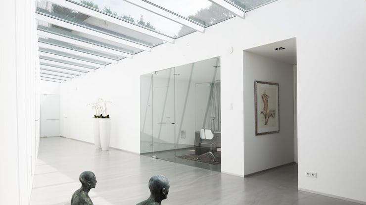Eigentijdse bungalow:  Gang en hal door Lab32 architecten