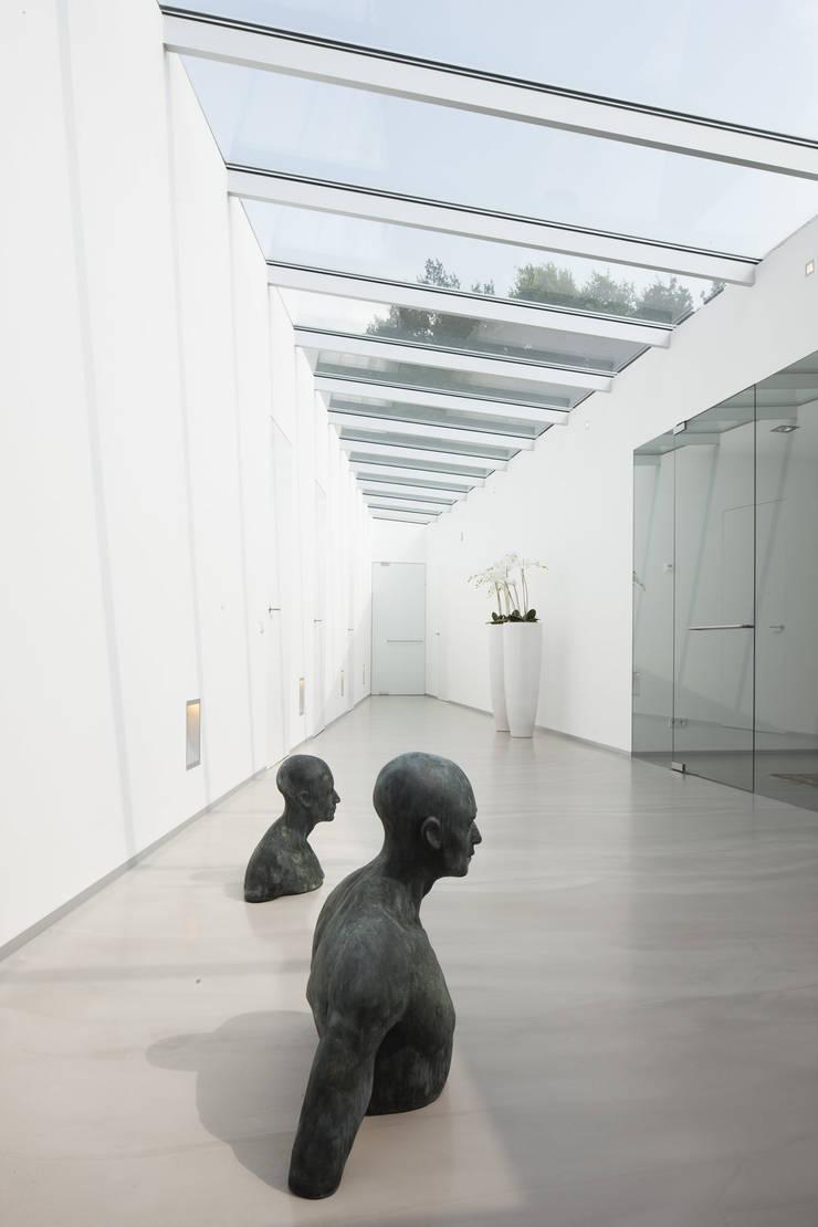 Eigentijdse bungalow:  Gang en hal door Lab32 architecten, Modern