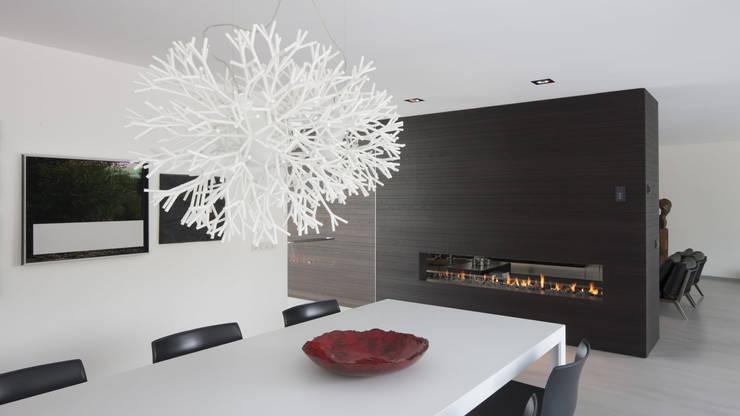 Eigentijdse bungalow: moderne Eetkamer door Lab32 architecten