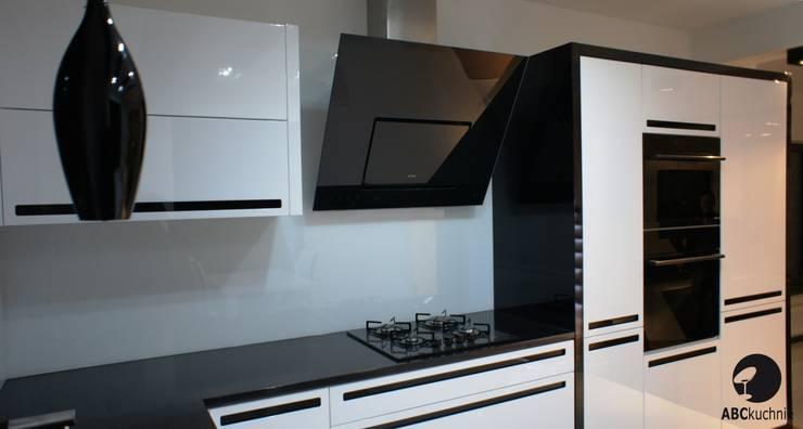 Połączenie bieli z czernią, MDF lakier połysk połączony z czarnymi uchwytami ze szkła Lacobel.: styl , w kategorii Kuchnia zaprojektowany przez ABC kuchnie