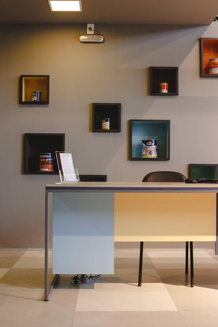 Mesas de atendimento - design de mobiliário : Lojas e imóveis comerciais  por Casa Habitada ,