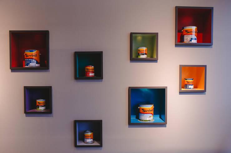 Detalhe painel exposição tintas e cores : Lojas e imóveis comerciais  por Casa Habitada ,