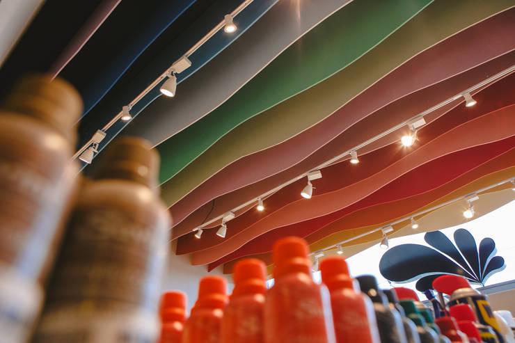Detalhe do forro da loja  : Lojas e imóveis comerciais  por Casa Habitada ,