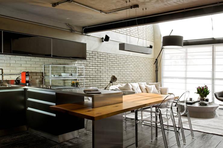 Industrial Loft: Cozinhas industriais por DIEGO REVOLLO ARQUITETURA S/S LTDA.