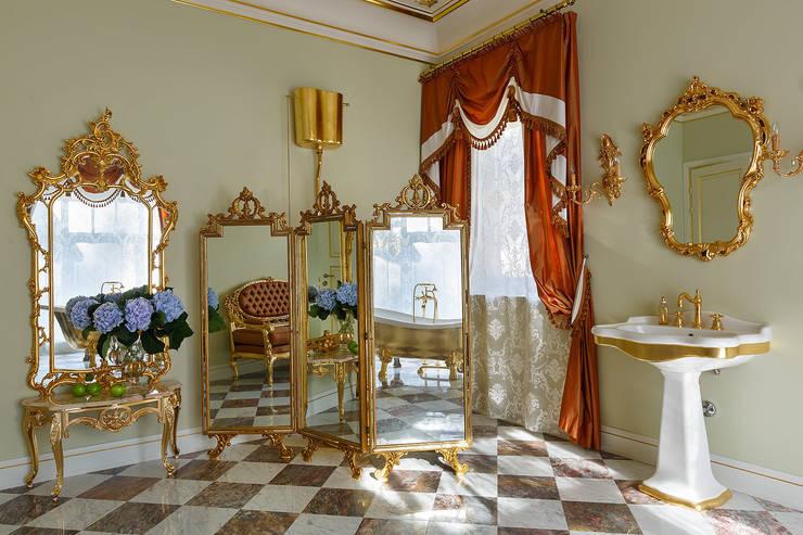 Дом в Песочном: Ванные комнаты в . Автор – Privilege Design, Классический