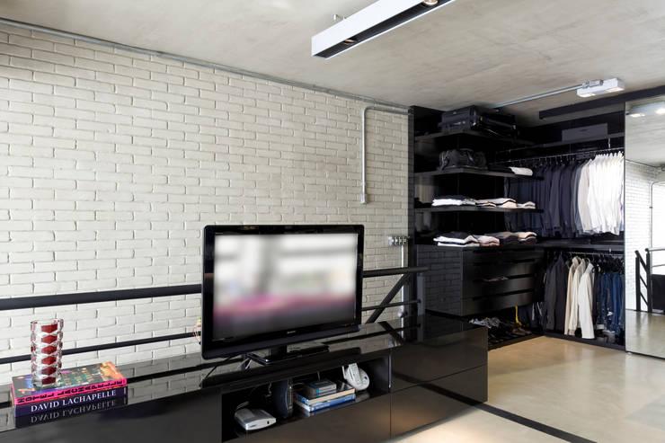 Industrial Loft: Closets industriais por DIEGO REVOLLO ARQUITETURA S/S LTDA.