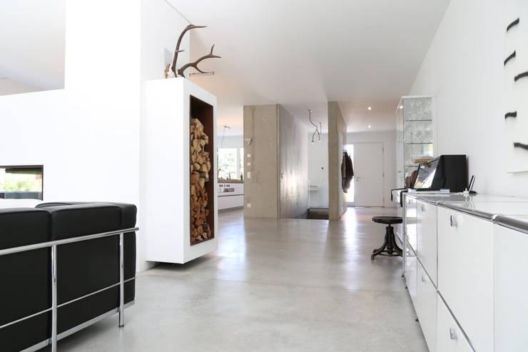 Sichtbeton Wände und Treppe, Sichtestrich _ Bauhaus Villa in München:  Wohnzimmer von 2P-raum® Architekten