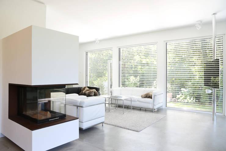 2P-raum® Architekten: minimal tarz tarz Oturma Odası