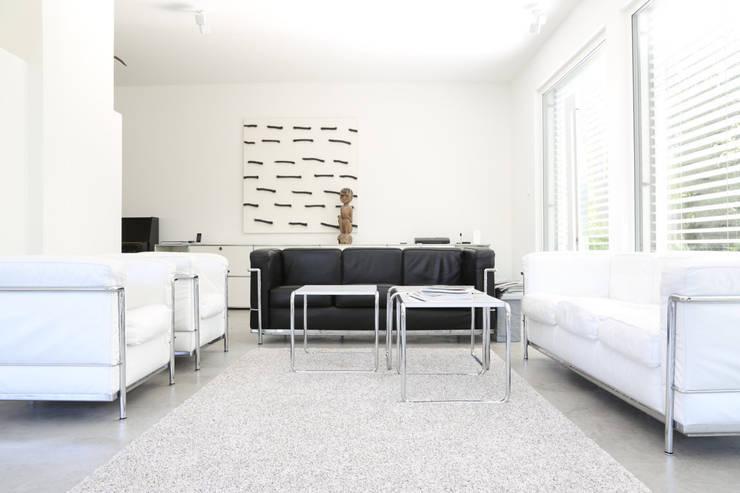 Wohnbereich _ Bauhaus Villa in München: minimalistische Wohnzimmer von 2P-raum® Architekten