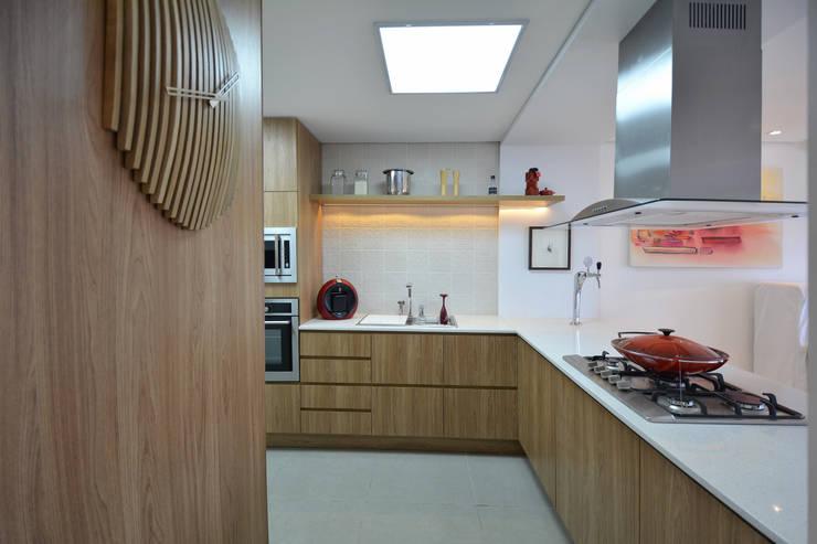 Residências Praianas: Cozinhas  por Michele Moncks Arquitetura