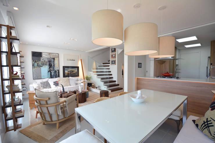 Residências Praianas: Salas de estar  por Michele Moncks Arquitetura