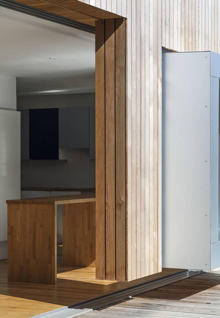 Cut & Frame House:  Houses by Ashton Porter architects