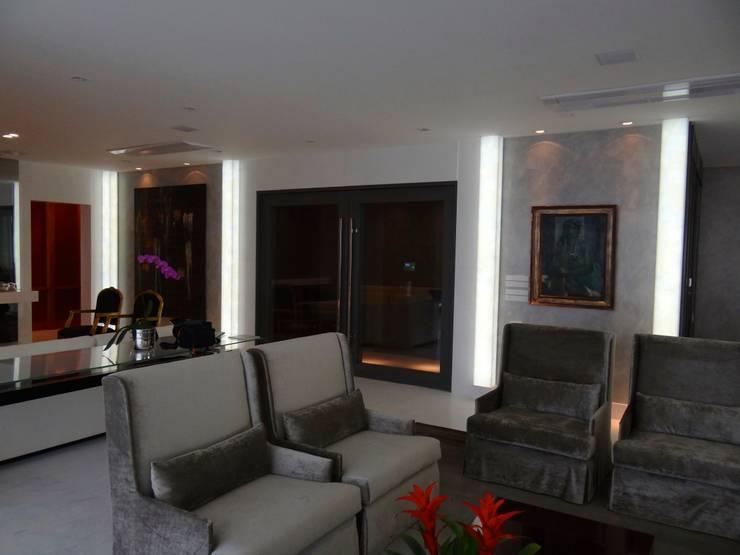 Colunas retroiluminadas com sistema Back Light: Sala de estar  por CAMASA Marmores & Design