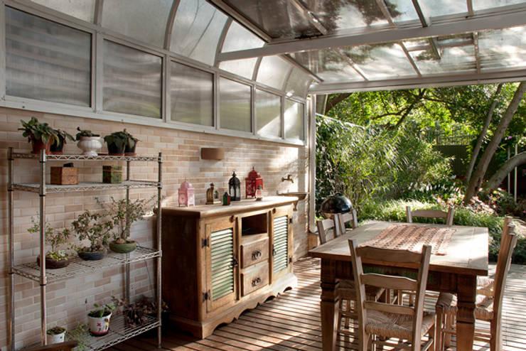 Casa Três Figueiras: Terraços  por Carina Fraeb Arquitetura