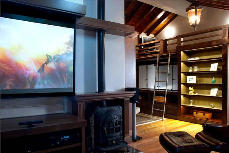 Casa Três Figueiras: Salas de estar  por Carina Fraeb Arquitetura