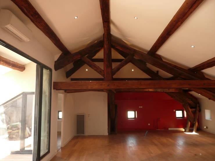 Vue d'ensemble sur le séjour: Salon de style de style Moderne par AGENCE D'ARCHITECTURE BRAYER-HUGON