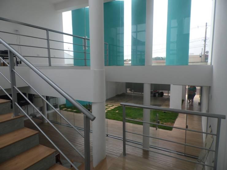 Casa Rua Romildo Morelli: Corredores e halls de entrada  por Sérgio Machado Arquitetura