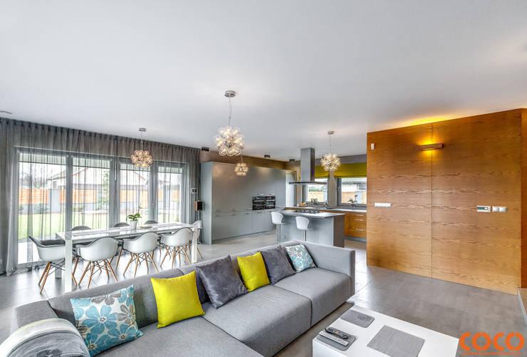 Salas / recibidores de estilo minimalista por COCO Pracownia projektowania wnętrz