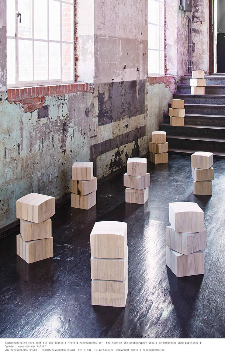 Spine Stool // ergonomische kruk:   door Studio Rene Siebum, Minimalistisch