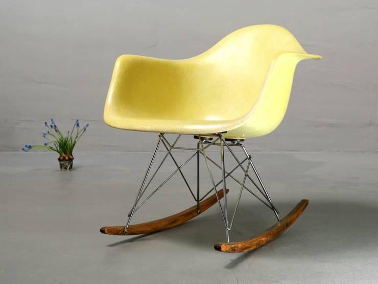 Ray & Charles Eames Schaukelstuhl: minimalistische Wohnzimmer von frankfurt minimal - feine möblichkeiten