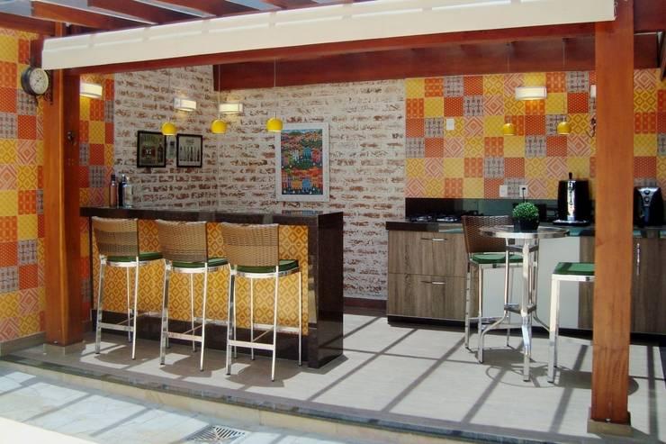 Área Externa - Reforma Residencial ( Condomínio Campos do Conde I ) - Tremembé - SP: Terraços  por Fernanda Marcondes Arquitetura &  Interiores
