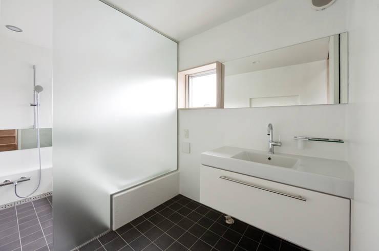 FOLD: 充総合計画 一級建築士事務所が手掛けた浴室です。