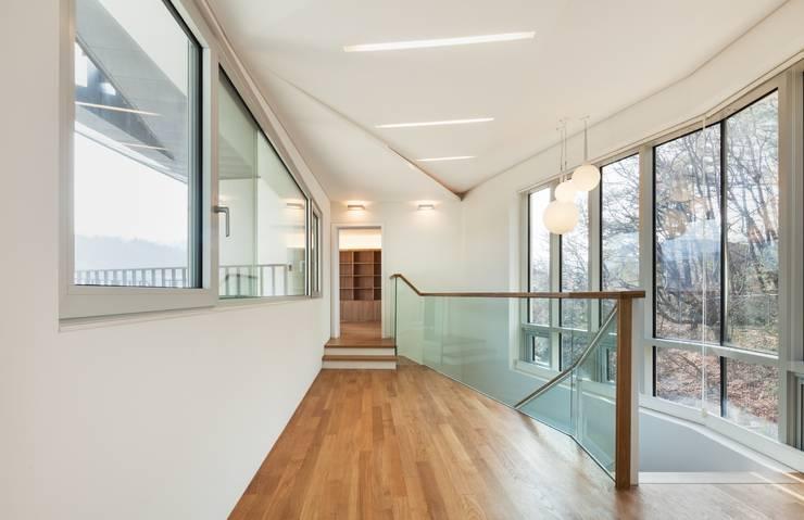 Pasillos y vestíbulos de estilo  por 제이에이치와이 건축사사무소