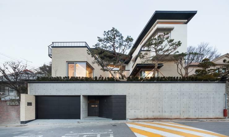 Rumah by 제이에이치와이 건축사사무소
