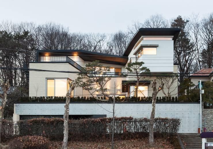 modern Houses by 제이에이치와이 건축사사무소