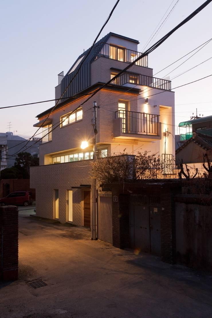 통인동 스튜디오하우스: 제이에이치와이 건축사사무소의  주택