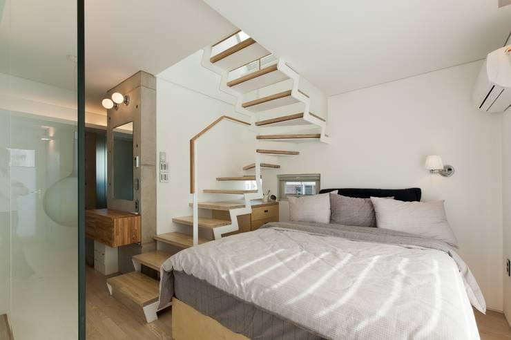 통인동 스튜디오하우스: 제이에이치와이 건축사사무소의  침실