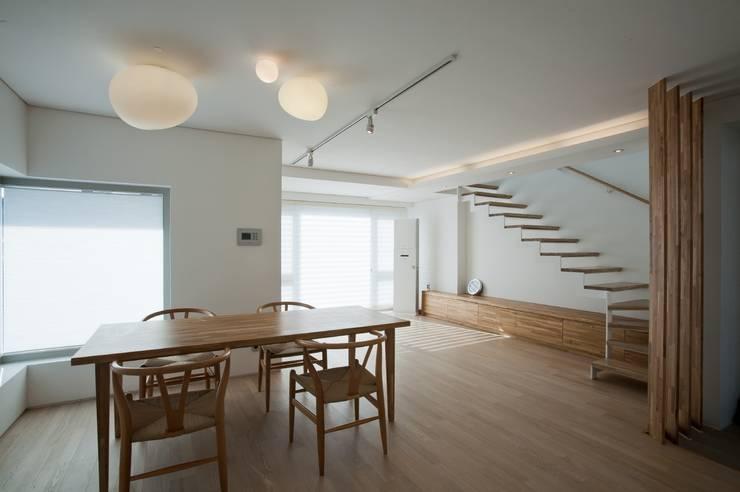 통인동 스튜디오하우스: 제이에이치와이 건축사사무소의  거실