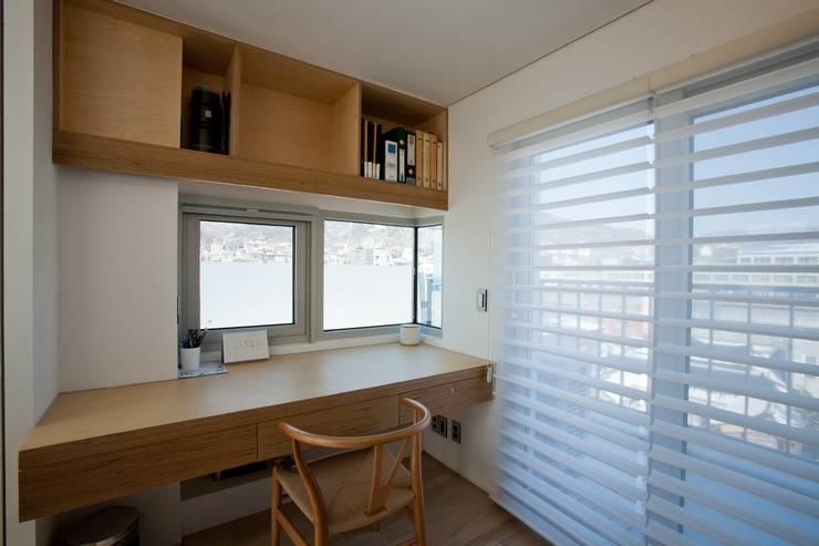 통인동 스튜디오하우스: 제이에이치와이 건축사사무소의  서재 & 사무실