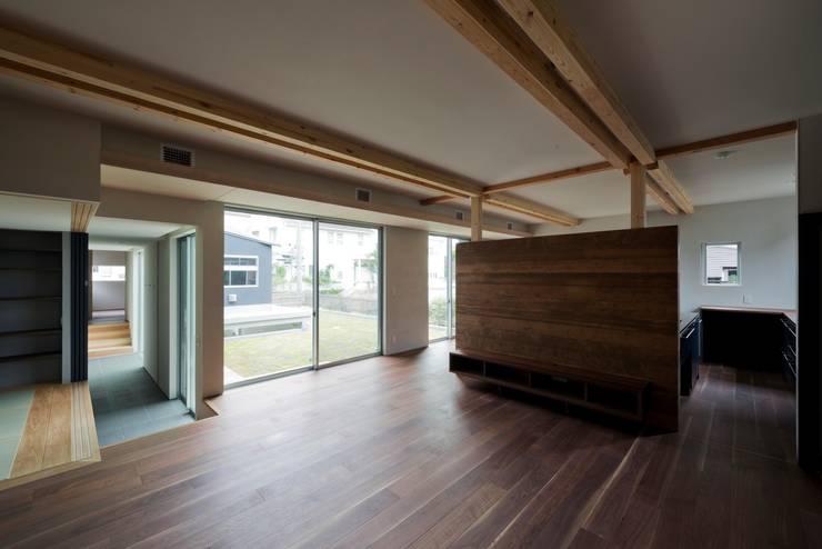 DROP ON LEAF: 充総合計画 一級建築士事務所が手掛けたリビングです。