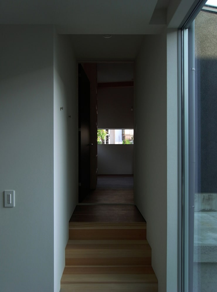 DROP ON LEAF: 充総合計画 一級建築士事務所が手掛けた廊下 & 玄関です。