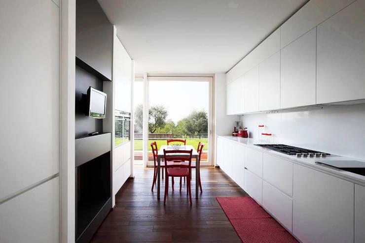 Casa LP: Cucina in stile  di Studio Gerosa
