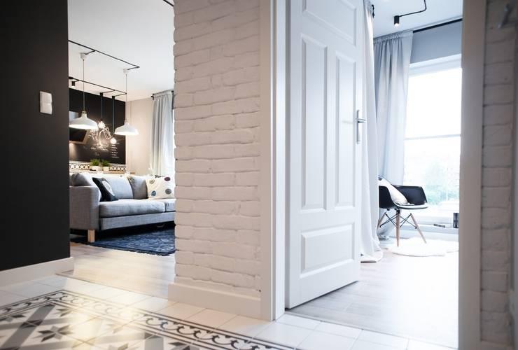 Pasillos y vestíbulos de estilo  de Raca Architekci,