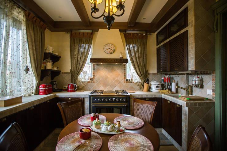 Cocinas de estilo rural por Студия интерьерного декора PROSTRANSTVO U