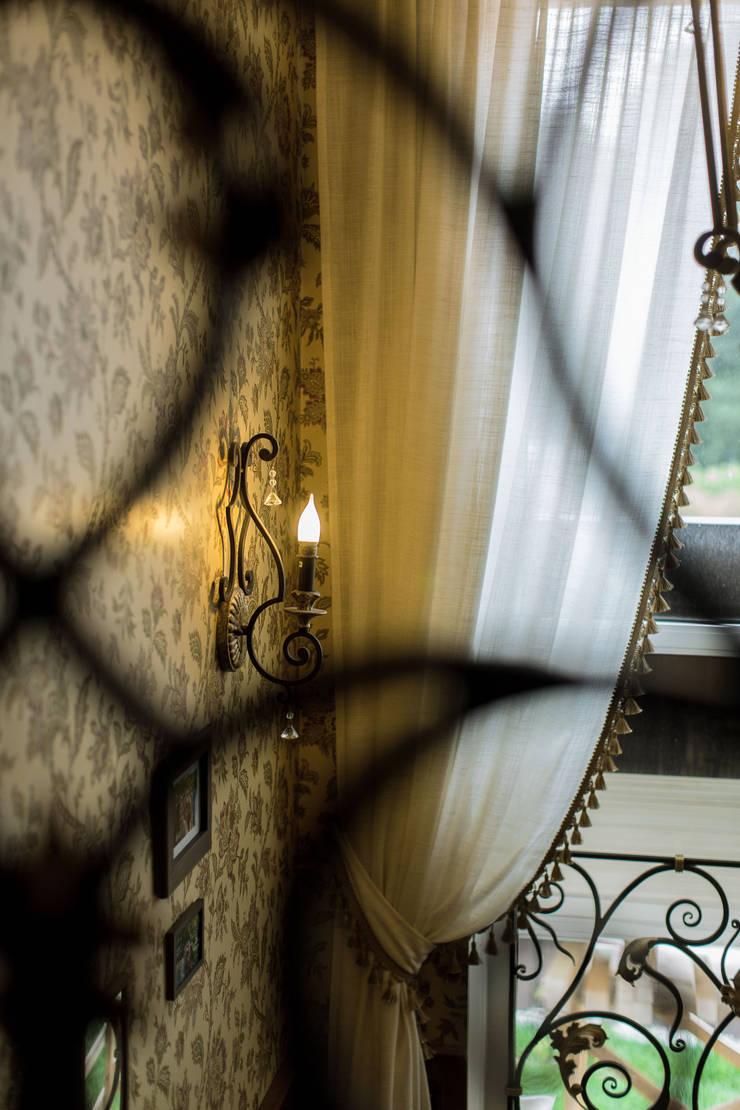 ИНТЕРЬЕР В СТИЛЕ КАНТРИ: Коридор и прихожая в . Автор – Студия интерьерного декора PROSTRANSTVO U