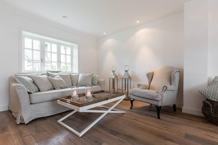 Salas de estilo  por Immofoto-Sylt