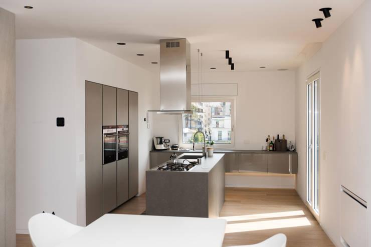 Attico R: Cucina in stile  di Studio  Vesce Architettura