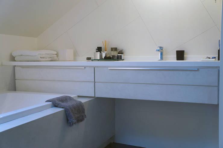 APPARTEMENT PARIS: Salle de bain de style de style Moderne par ARTS BETON DESIGN - Créateur de béton haute couture