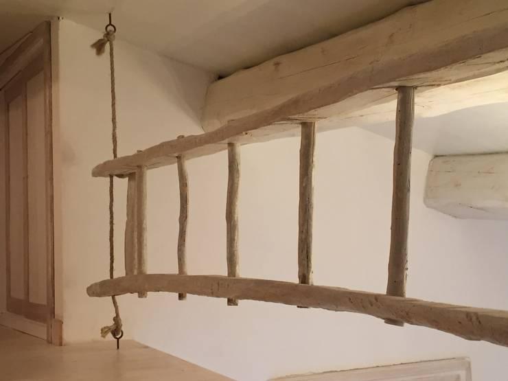 Dettagli dell'uso della scala: Camera da letto in stile in stile Mediterraneo di Creazionedatmosfere
